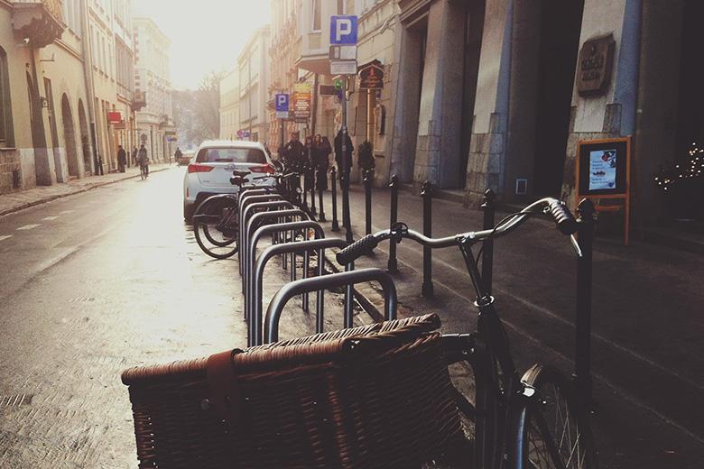 שורה של אופניים חשמליות בחנייה