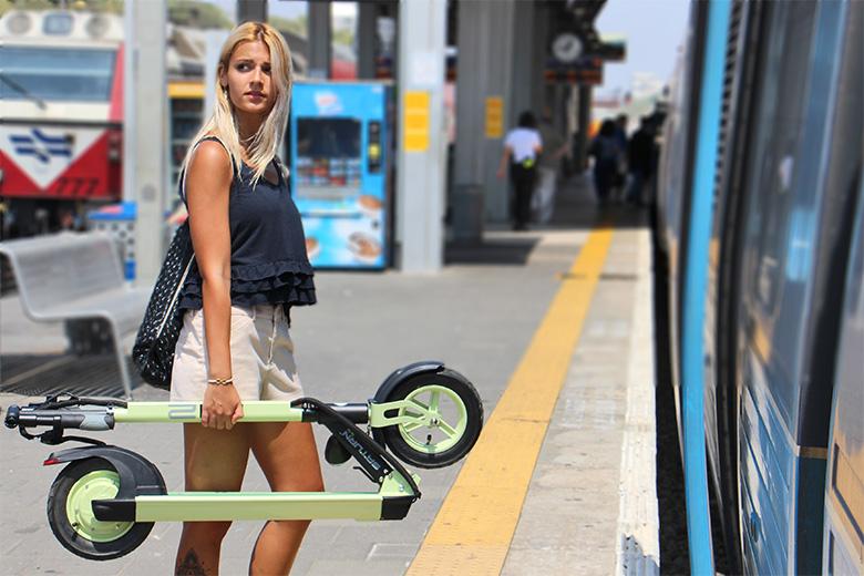 קורקינט חשמלי MII2 הדור הראשון ברכבת