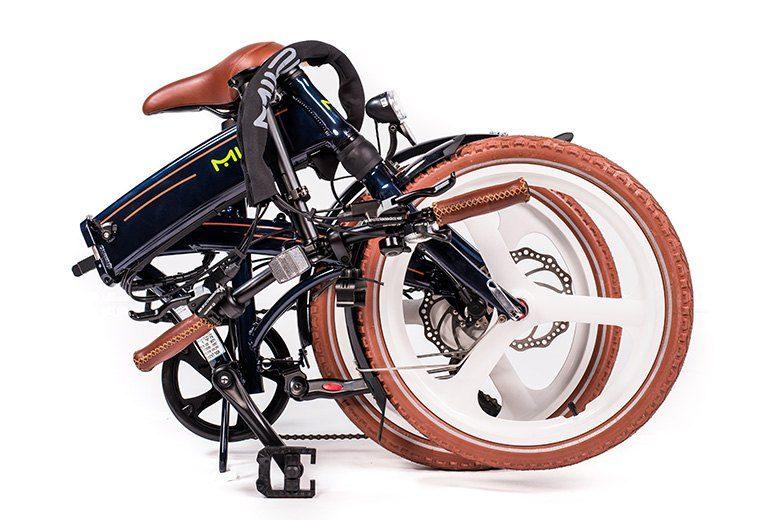 MII2 אופניים חשמליים במצב מקופל מבית סיבוב בעיר