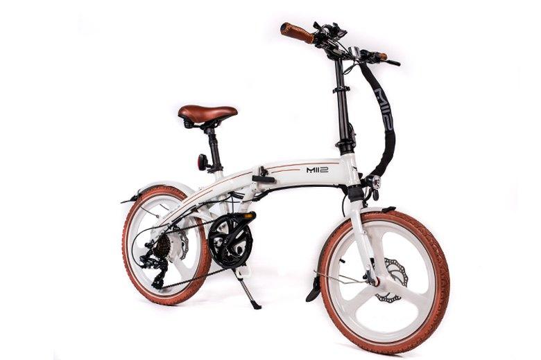 MII2 אופניים חשמליים לבניים מהצד מבית סיבוב בעיר