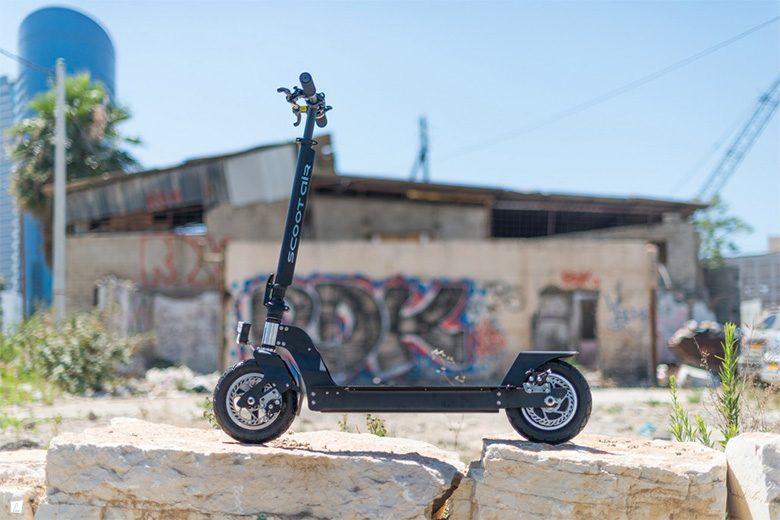 קורקינט חשמלי scootair-premium צופה אל הנוף