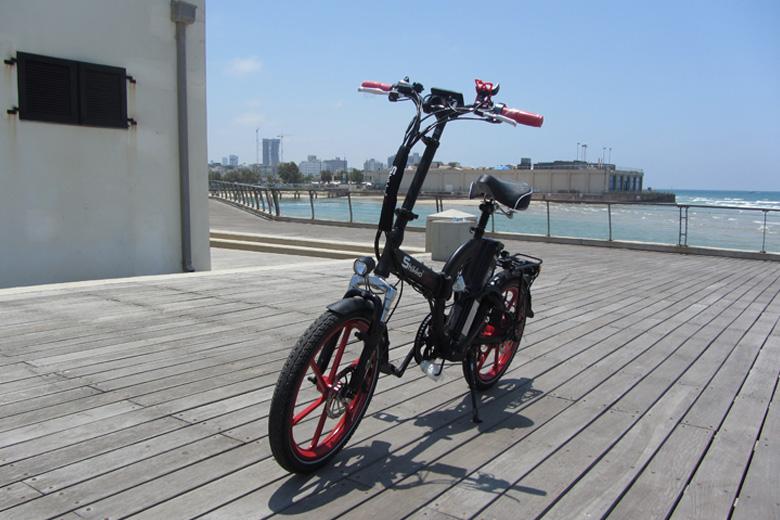אופניים חשמליים שיקו טייגר על הדק בנמל