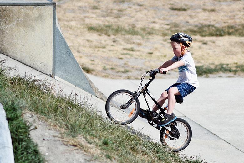 ילד על אופניים חשמליים