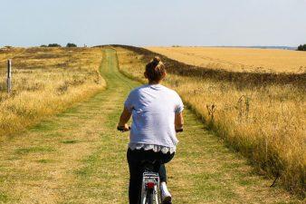 בני נוער על אופניים