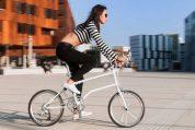 בחורה נוסעת על אופני Vello