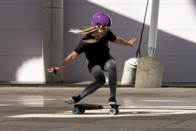 בחורה על סקייטבורד חשמלי