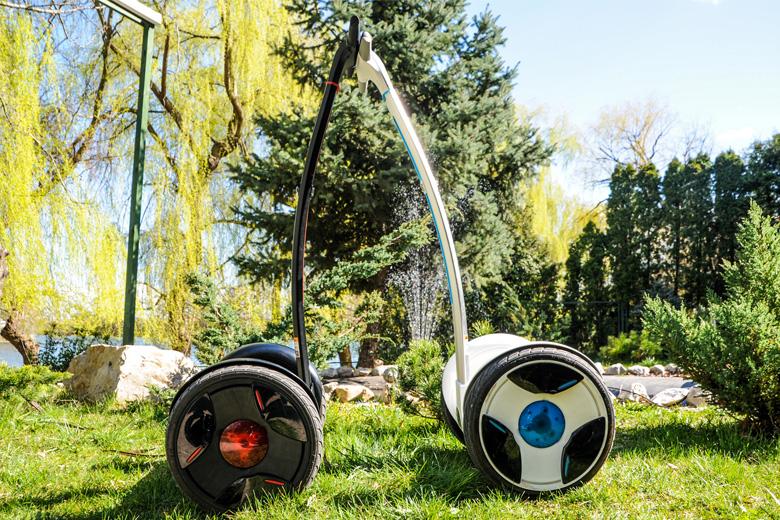 2 דגמי Ninebot-Eplus מונחים לזה ליד זה על המדשאה