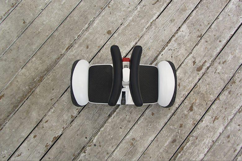 סגווי מיני פרו מונח על דק צילום מלמעלה