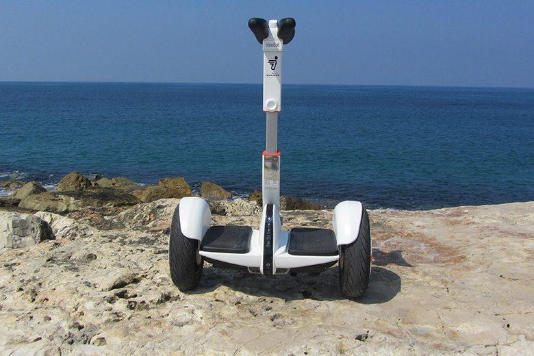 סגווי מיני פרו לבן מונח על אבן בים