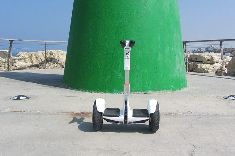 סגווי מיני פרו על רקע מגדל אור ירוק