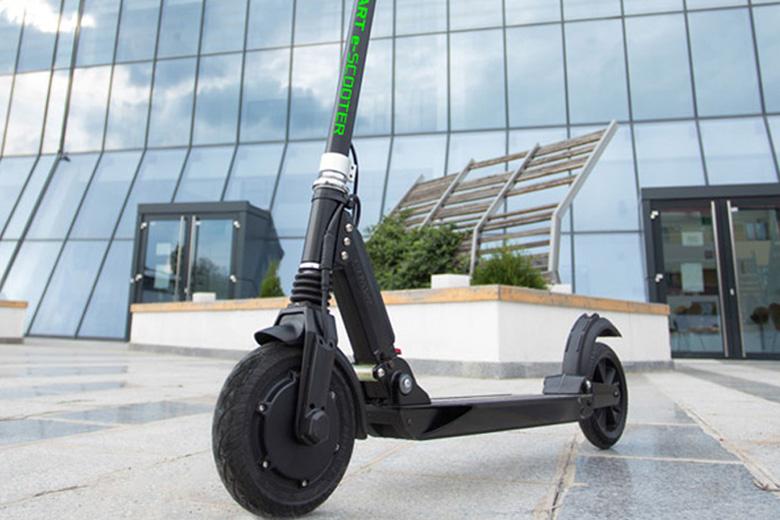 קורקינט חשמלי MASTER-S2 מבית עולם הגלגלים על רקע בניינים