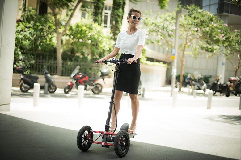 דוגמנית רוכבת על move-V2